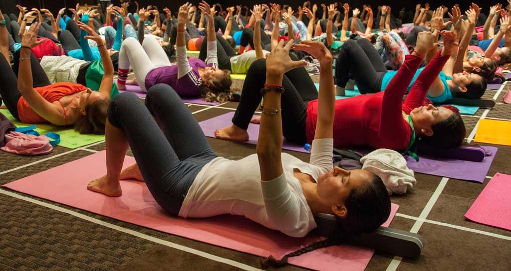 Brigitte Longueville restauratieve yoga met de BackMitra